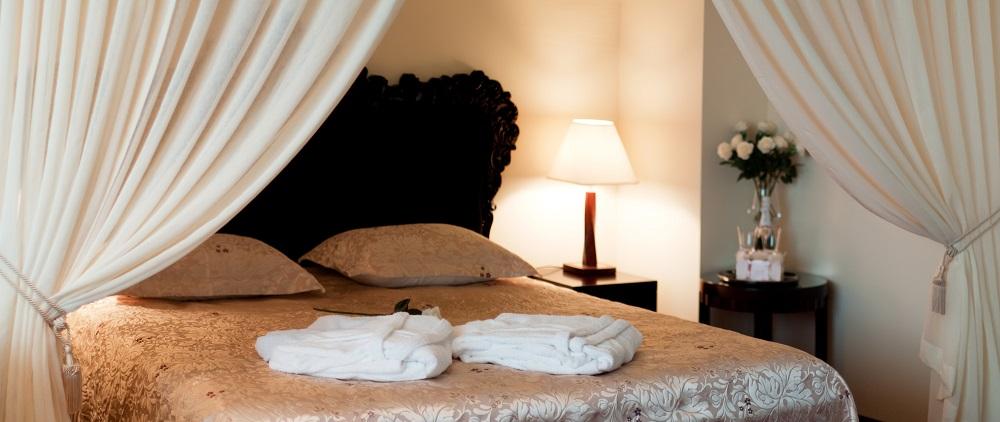 Materac termoelastyczny na łóżku hotelowym